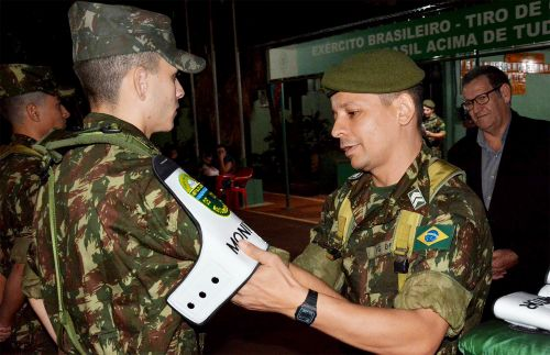 Tiro de Guerra faz entrega de braçais aos novos monitores