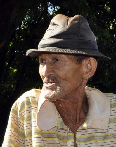 """O morador Olívio dos Santos: """"Já tem três anos que moro aqui e nunca vi máquina nenhuma passando por essas ruas"""""""