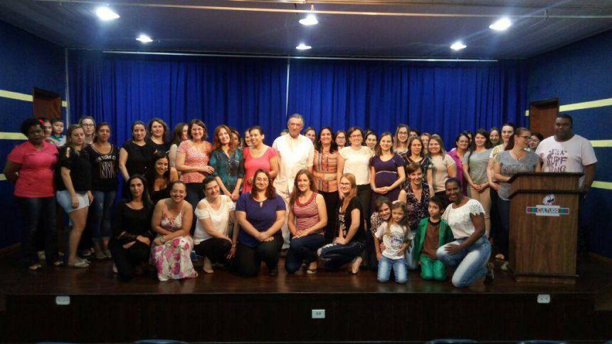 Ao centro, o vice-prefeito Dr. Romildo, cercado pelos presentes na reunião.