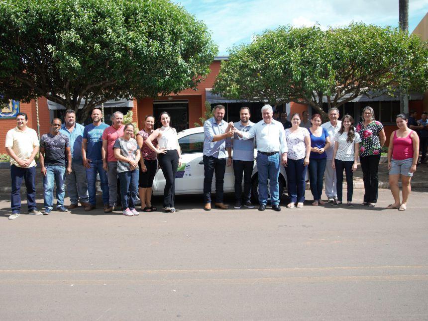 Em visita a Araruna, Deputado Estadual entrega veículo 0km para Secretaria de Assistência Social. Fotografia: Rivaldo de Mattos.