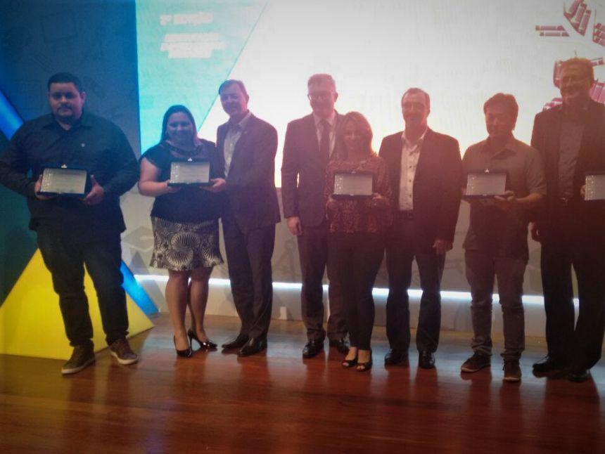 hefe do Setor de Administração, Francisdhoney Domingos recebe prêmio em Curitiba. Fotografia: Sueli Almeida Tabachini.