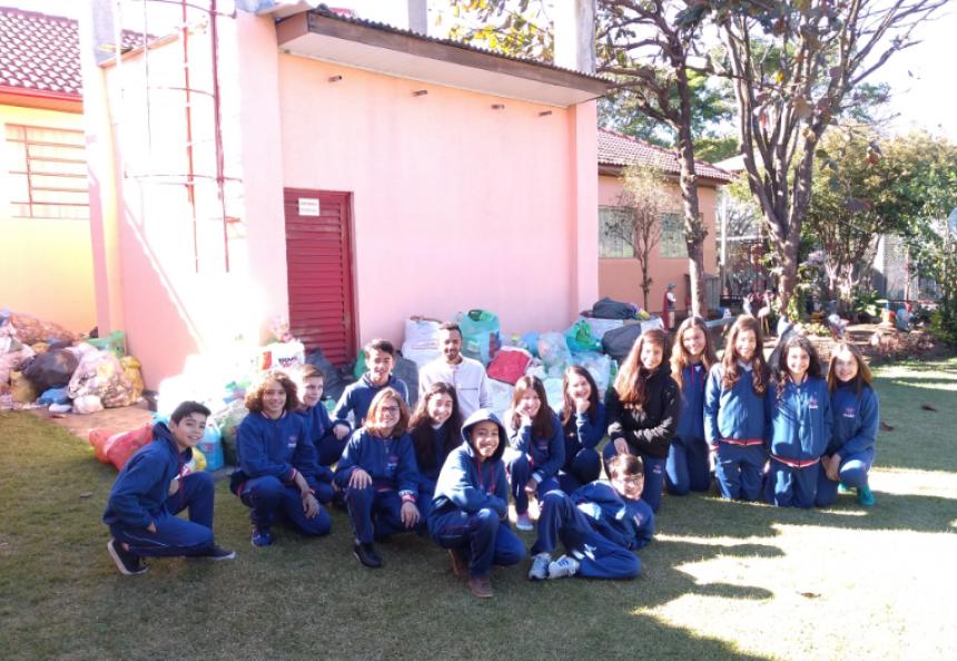 Alunos do 6º ano B tiveram a maior coleta em toda a escola até o momento, totalizando mais de 2000 embalagens plásticas. Fotografia: Jhony de Oliveira Lima.