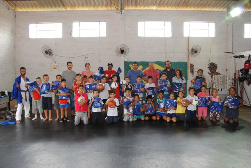 Equipe do Projeto Edificar e alunos recebem material esportivo entregue por vereadores. Fotografia: Rivaldo de Mattos.
