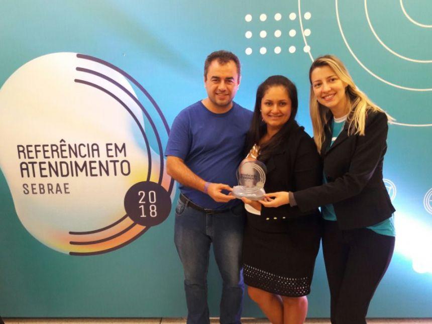 Rosana Tozzo da Sala do Empreendedor de Araruna recebeu o selo em Curitiba. Fotografia: Rosana Tozzo.