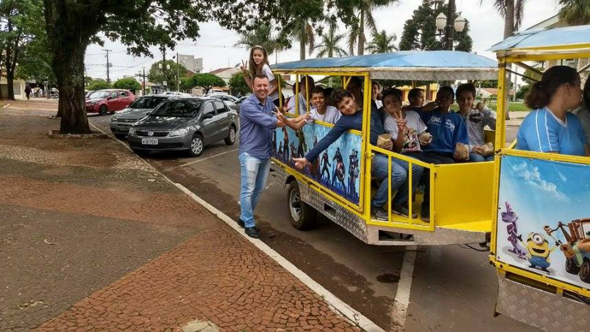 Prefeito Leandro Cesar de Oliveira e estudantes