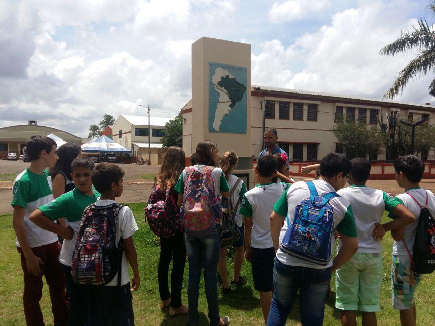 Crianças de Araruna visitam Casa da Cultura e Museu em Peabiru