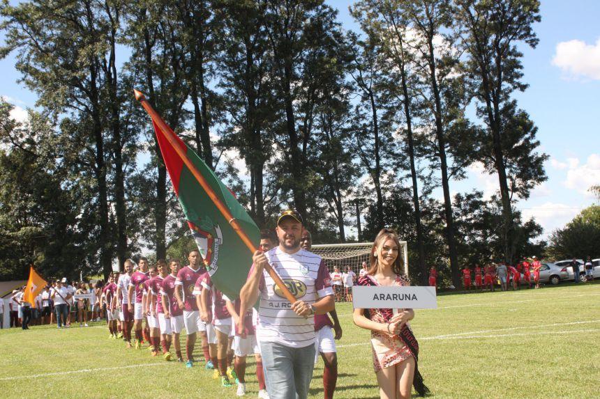 Leandro Cesar de Oliveira, Prefeito de Araruna, acompanha time do município na abertura da competição. Fotografia: Edecir Queiroz/COMCAM