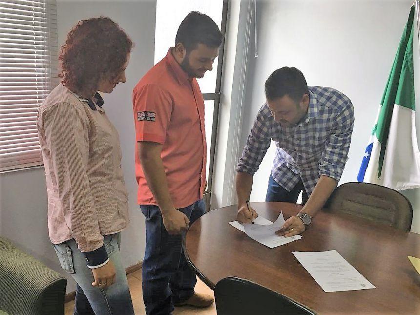 Prefeito assina ordem de serviço para início de obras em Araruna. Fotografia: Leandro Cesar de Oliveira.