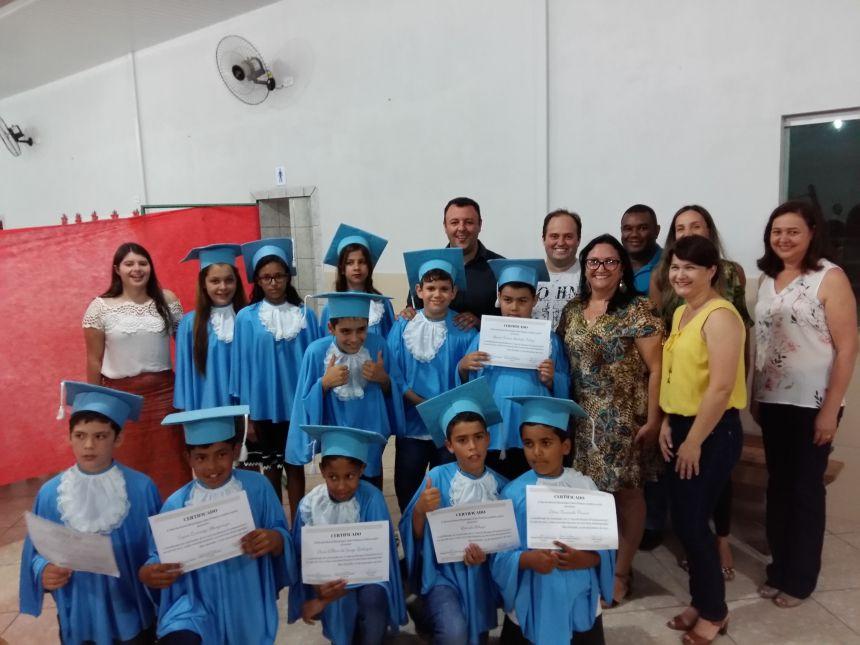 Prefeito e autoridades marcam presença em formatura de escola rural. Fotografia: Jhony de Oliveira Lima.