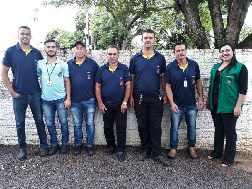 A iniciativa disponibiliza gratuitamente caçambas para descarte correto de resíduos sólidos na cidade. Na imagem, vemos a equipe envolvida no trabalho. Fotografia: Rivaldo de Mattos.