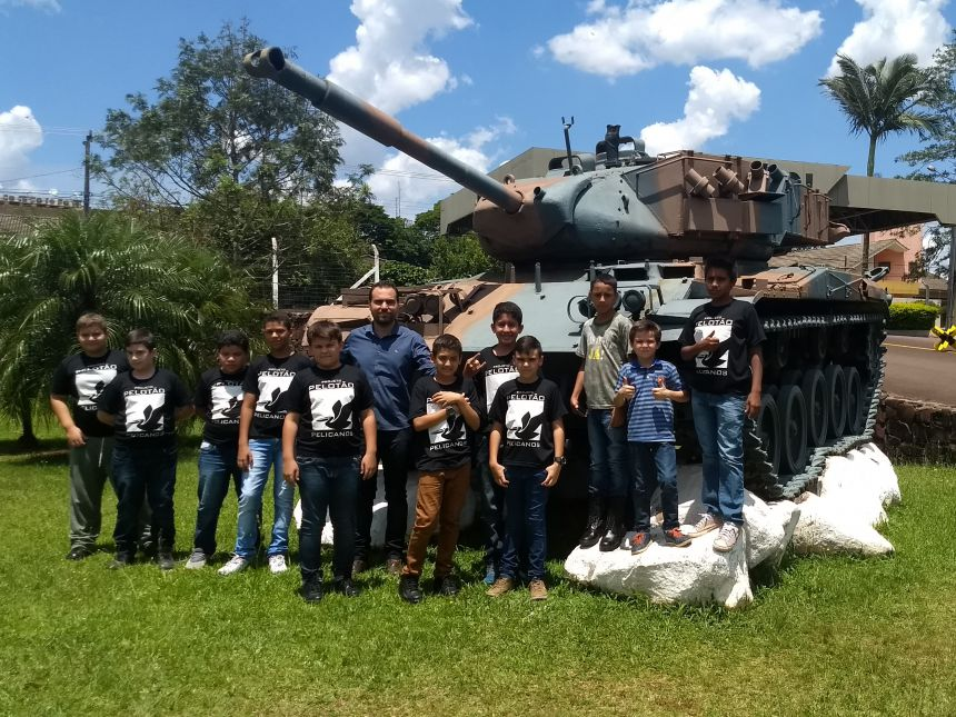 Crianças e Adolescentes atendidos pelo Projeto Pelicano visitam Batalhão do Exército em Cascavel ao lado do Secretário de Assistência Social de Araruna. Foto: Leonardo Henrique Batista de Limas.