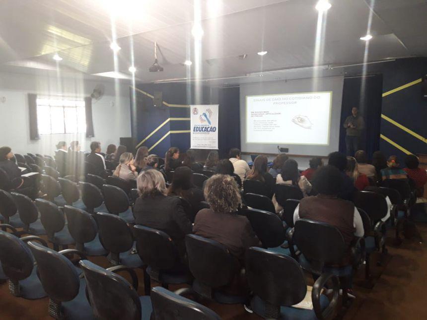 Fisioterapeuta alerta comunidade escolar sobre doença muscular. Fotografia: Secretaria Municipal de Educação (SME).