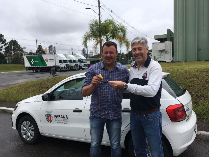 Prefeito Leandro Oliveira recebe automóvel em Curitiba. Fonte: Leandro Cesar de Oliveira.