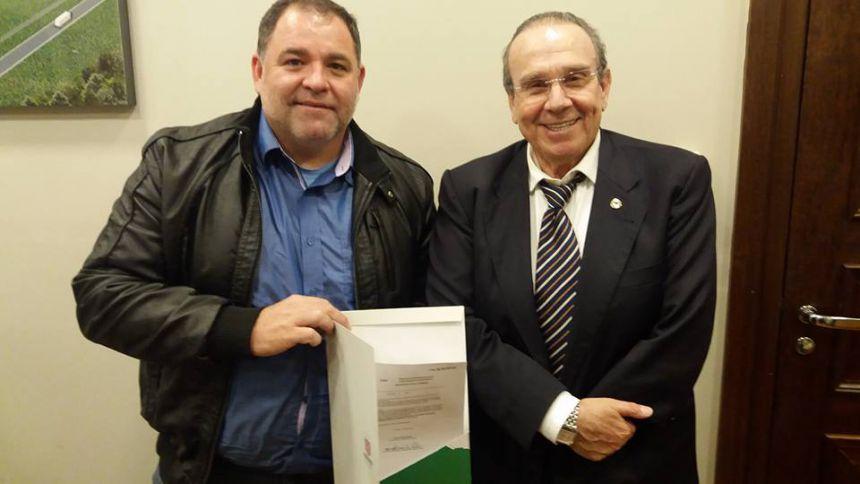 Jonas Guimarães assina emenda de R$50.000 para compra de Máquina Varredora de Rua