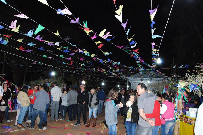 """Diretoria de Cultura e Turismo promove o """"Arraiá da Curtura"""" na praça Nossa Senhora do Rocio."""