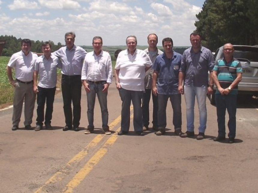 Autoridades e representantes do município visitam trecho de estrada que será estadualizado. Foto: Débora Frabi.