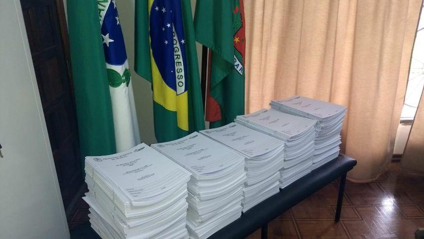 SME inicia distribuição de livros de Registro de Classe; Chefe do NRE visita prefeito Leandro.