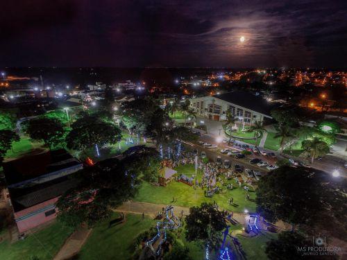 Cidadãos prestigiam apresentações culturais no ?Acender das Luzes de Natal?. Fotografia: Murilo Santos, MS Produtora.
