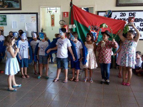 Alunos de escola municipal celebram emancipação do município com apresentações. Prefeito e autoridades da educação prestigiam. Fotografia: Roseli de Souza Martins.