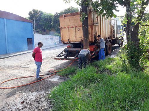 Legenda: Serviço de manutenção e limpeza de bueiros em Araruna. Fotografia: Rivaldo de Mattos.