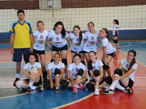 Jovens ararunenses participam de amistoso de voleibol em Terra Boa. Fotografia: Rivaldo Mattos.