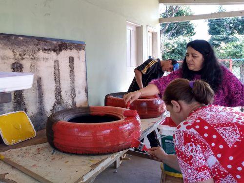 Pneus estão sendo pintados para compor brinquedos no Parquinho Central. Fotografia: Jhony de Oliveira Lima.