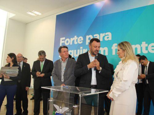 Prefeito recebe liberação de recursos da Governadora Cida Borghetti. Fotografia: Jhony de Oliveira Lima.