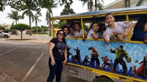 A Secretária Municipal de Educação, Roseli de Souza Martins e estudantes.