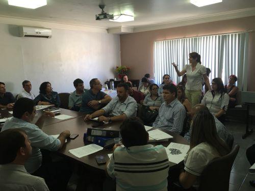 Conselho de Prefeitos da Assembleia Geral do Consórcio Intermunicipal de Saúde da Região da COMCAM (CIS-COMCAM) em reunião. Fotografia: Leandro Cesar de Oliveira.