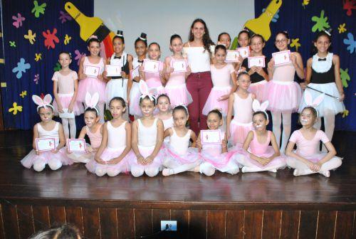 Na imagem, alunas do curso de Ballet com sua professora. Fotografia: Rivaldo de Mattos.