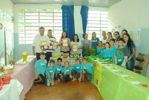 Prefeito e autoridades visitam Mostra de Projetos JEPP em escola rural. Fotografia: Rivaldo de Mattos.