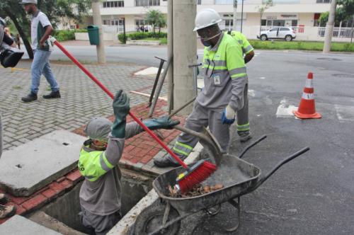 Profissionais fazem a limpeza de bueiros. (Imagem meramente ilustrativa). Fotografia: Google.