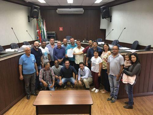 Representantes das instituições envolvidas celebram conquista. Fotografia: Leandro Cesar de Oliveira.