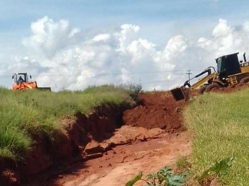 Setor de Obras inicia readequação de estrada rural. Fotografia: Leandro Cesar de Oliveira.