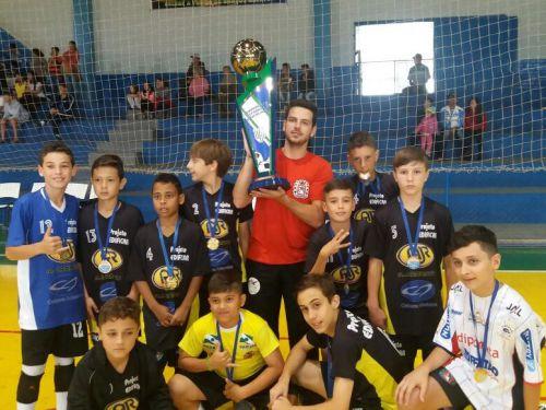 Técnico Diogo Maitan e equipe de futsal sub 12 de Araruna conquistaram 3º lugar em Campeonato Paranaense de Futsal. Foto: Roberto Vieira de Melo.