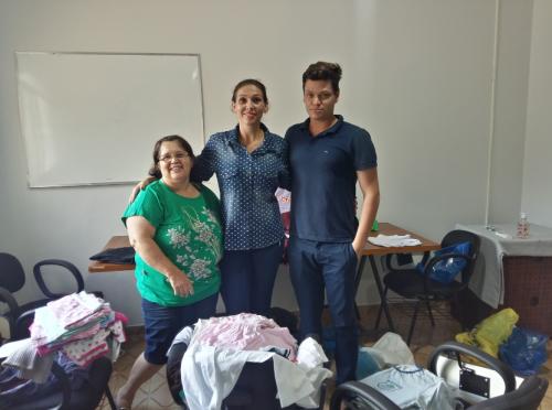 A voluntária Idineia Ana Onofre Ferreira, conhecida como dona Neia participou da primeira fase de triagem das doações junto ao Coordenador do CRAS, Sidnei Tomiatto e da Assistente Social, Leide Daiana Furlanetto. Fotografia: Jhony de Oliveira Lima.