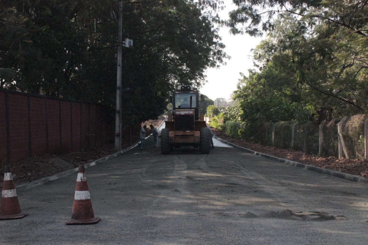 Secretaria de Obras trabalha na pavimentação da rua Pedro Madeira