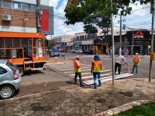 Prefeitura revitaliza sinalização horizontal em vários pontos da cidade