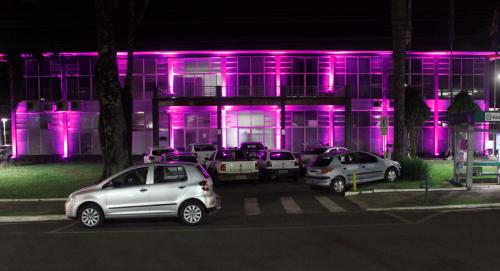 Prefeitura ilumina pontos de rosa e abre postos de saúde amanhã