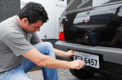 O uso de placas e tarjetas refletivas em carros e motos será obrigatório a partir do dia 1º de abril, em todo o País. A determinação do Conselho Nacional de Trânsito (Contran) vale para veículos novos q