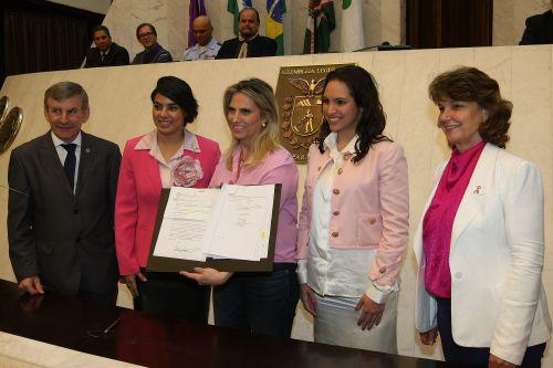 Sancionada a lei que institui o programa de Mamografia Móvel no Paraná