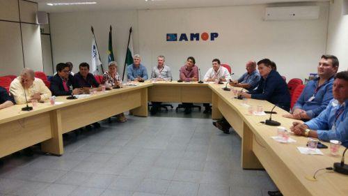 Prefeito Cal Mariussi preside assembleia da AMOP