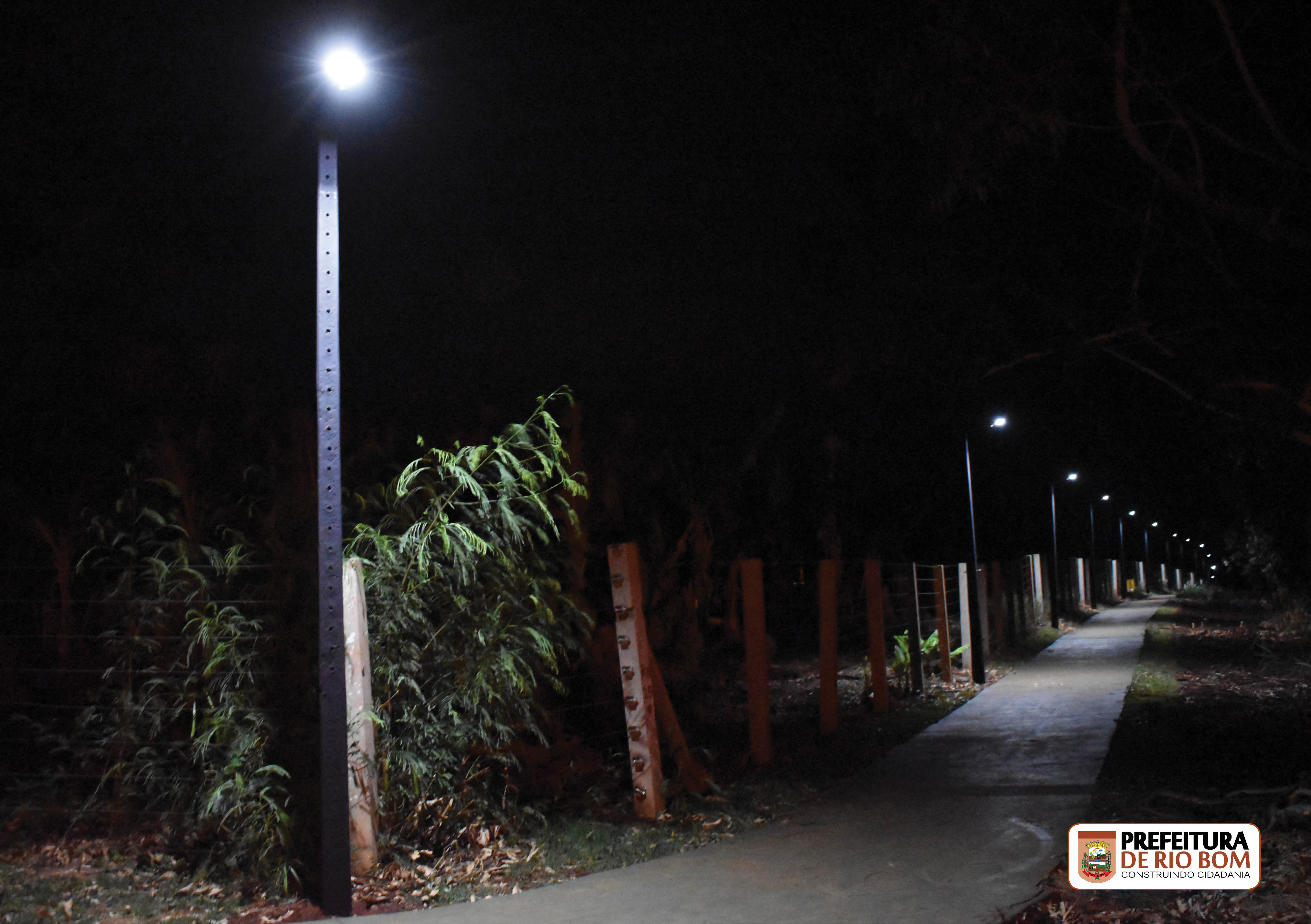 Pista de Caminhada iluminada para a comunidade usuflui-la também à noite