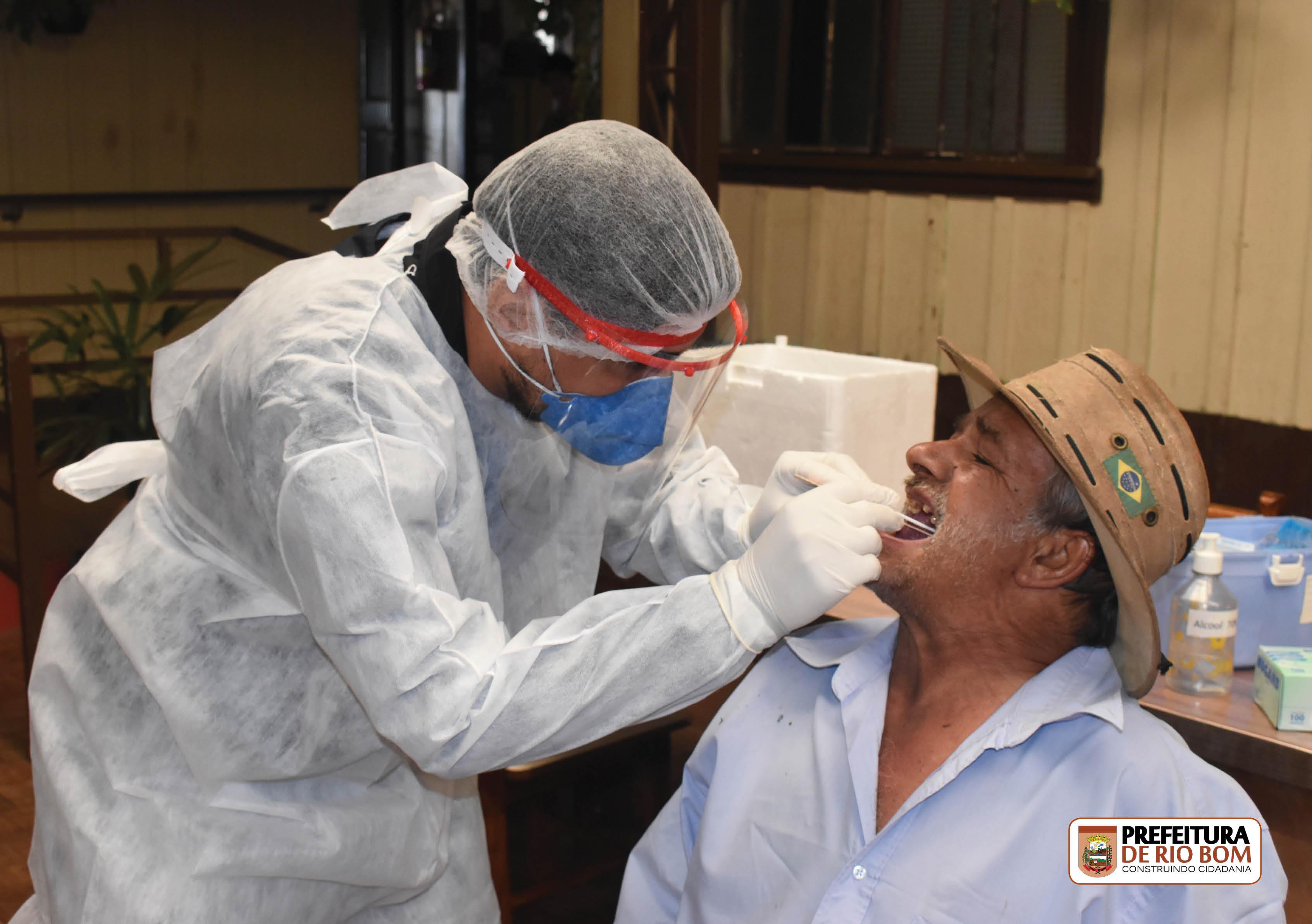 Enfermeiro Leandro Benedito realiza teste SWAB em idosos do Lar São Vicente de Paulo