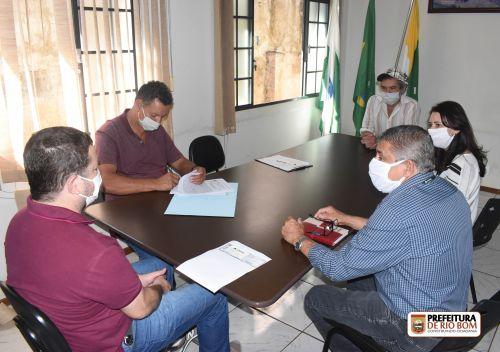 Prefeito Ene assina escritura de doação de terreno para Cohapar