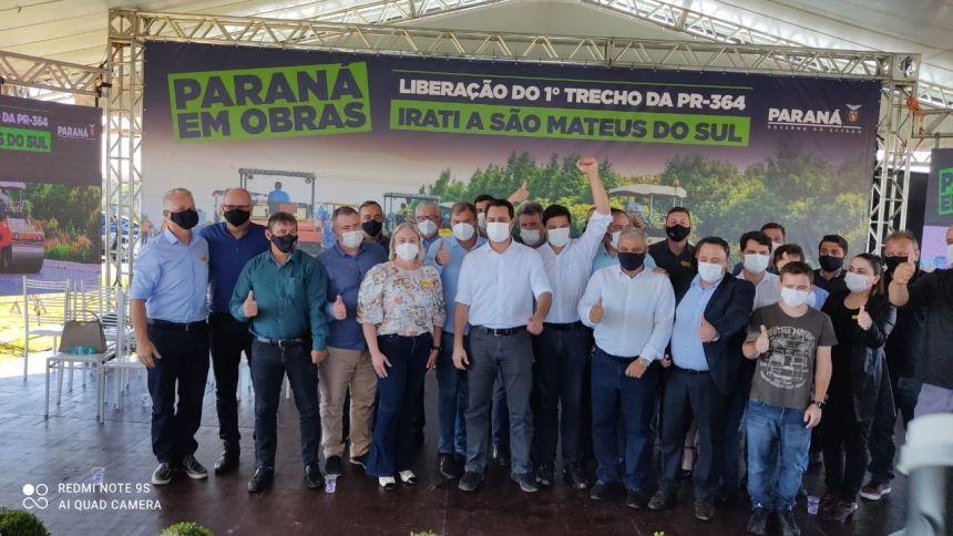 Foto com todos os prefeitos e deputados e o Governador . Marcos Henrique Chiaradia é o segundo da esquerda para direita