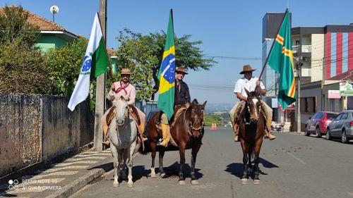 Cavaleiros com as bandeiras do Brasil, Paraná e Imbituva. Representando os tropeiros que fundaram Imbituva.
