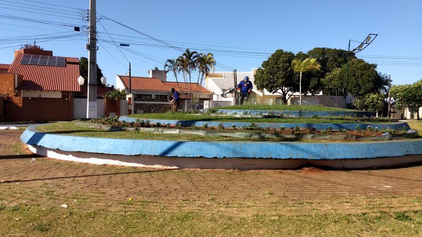 Equipes da Prefeitura realizando diversos serviços de limpezas, roçadas e pinturas de locais públicos