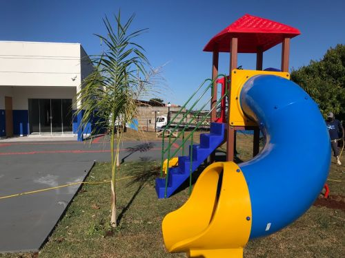 Parquinho infantil é instalado na nova sede do CRAS