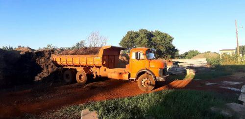 Secretaria de Agricultura entrega resíduo de poda de árvores para agricultores cadastrados